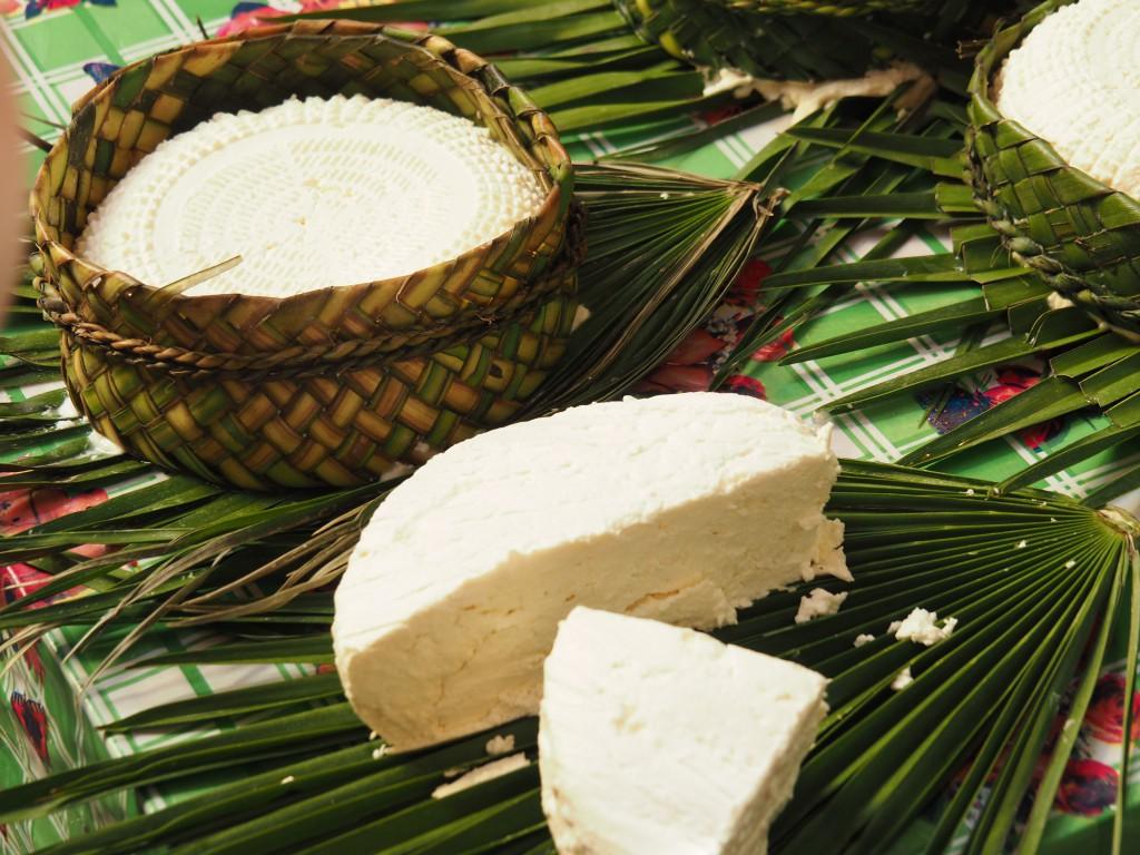 Käse in liebevoll geflochtener Verpackung