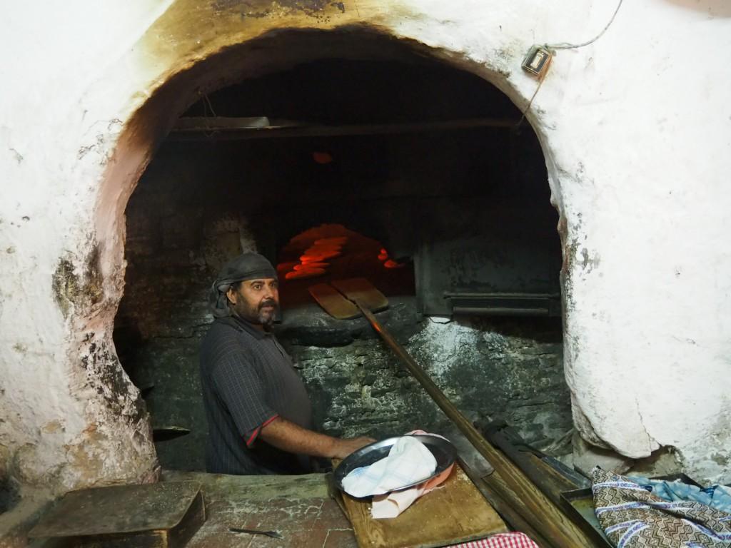 Jede Familie bringt das eigene Brot zum Bäcker und holt es gebacken wieder ab!