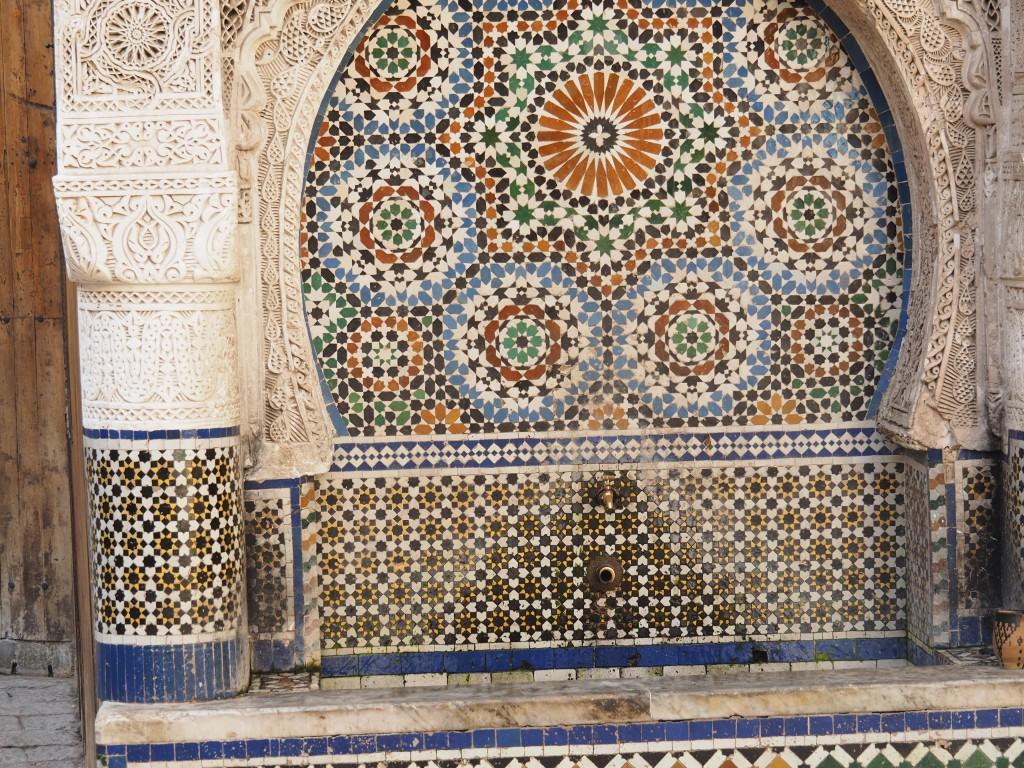 Brunnen mit bunten Mosaiken