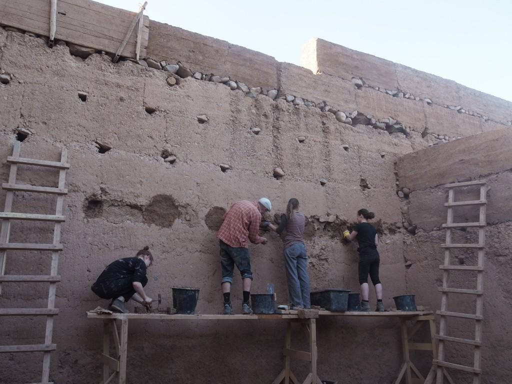 Studenten beim Renovieren der Kasbah