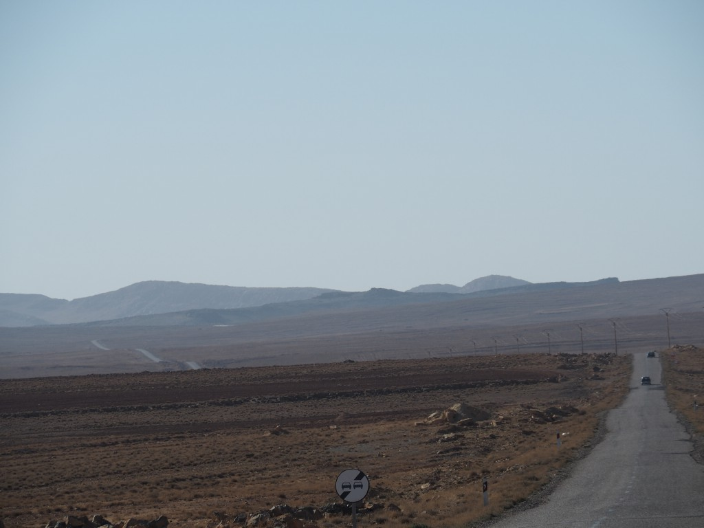 Schmale Asphaltbänder mit bis zu 20 cm hohen Abrisskanten führen durch die Landschaft