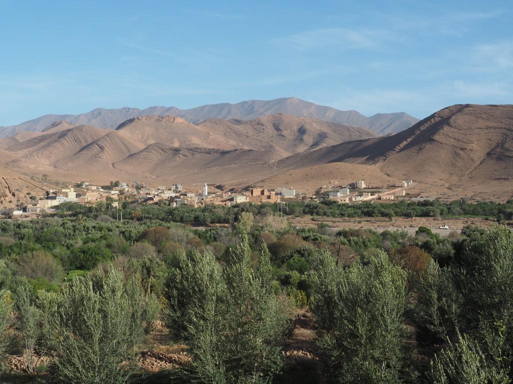 Blick vom Campingplatz Toubkal auf ein Dorf