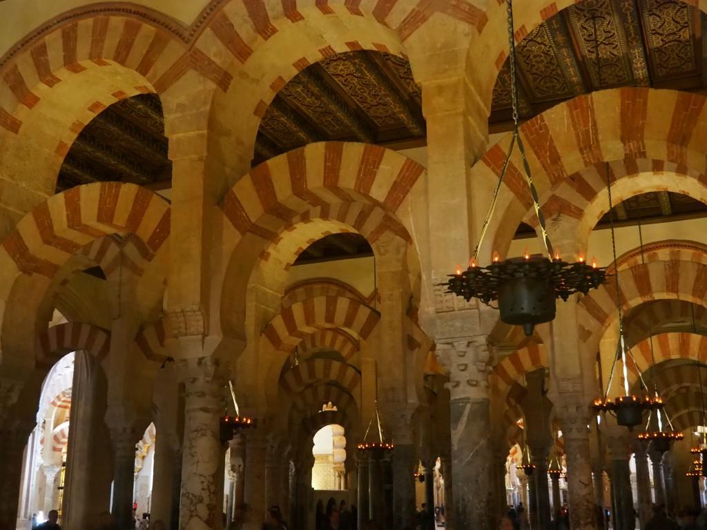 Mehr als 850 Säulen tragen die Bögen im Gebetsraum