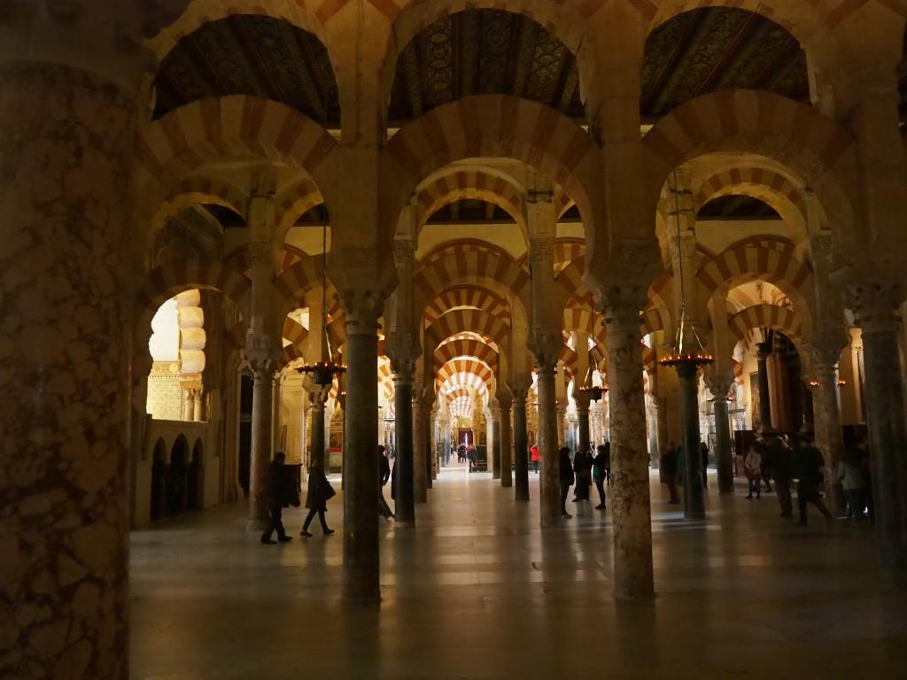 Die am Boden stehenden runden Säulen werden von Bögen überspannt, zwischen denen viereckige Säulen aufragen, die die Basis für eine weitere Bogenreihe liefern - um größere Raumhöhe zu erzielen