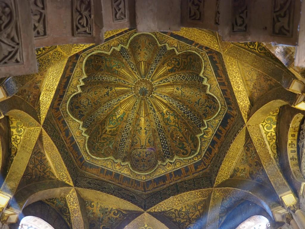 Kuppel des Mihrâb Nuevo mit floralen und geometrischen Mustern, Mosaiken und Koranversen