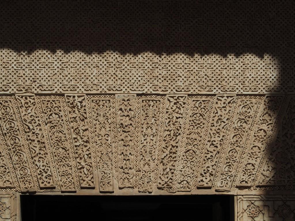 kleines, mit herrlich geschnitzten Kragbalken geschmücktes Zugangstor