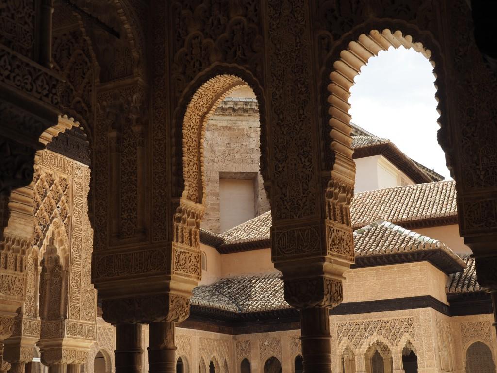 """Nur bei ganz genauer Betrachtung sieht man, dass alle Kapitelle und Bögen mit verschiedenen Motiven ornamentiert sind. Den nasridische Sinnspruch """"Es gibt keinen Sieger außer Allah"""" findet man immer wieder."""