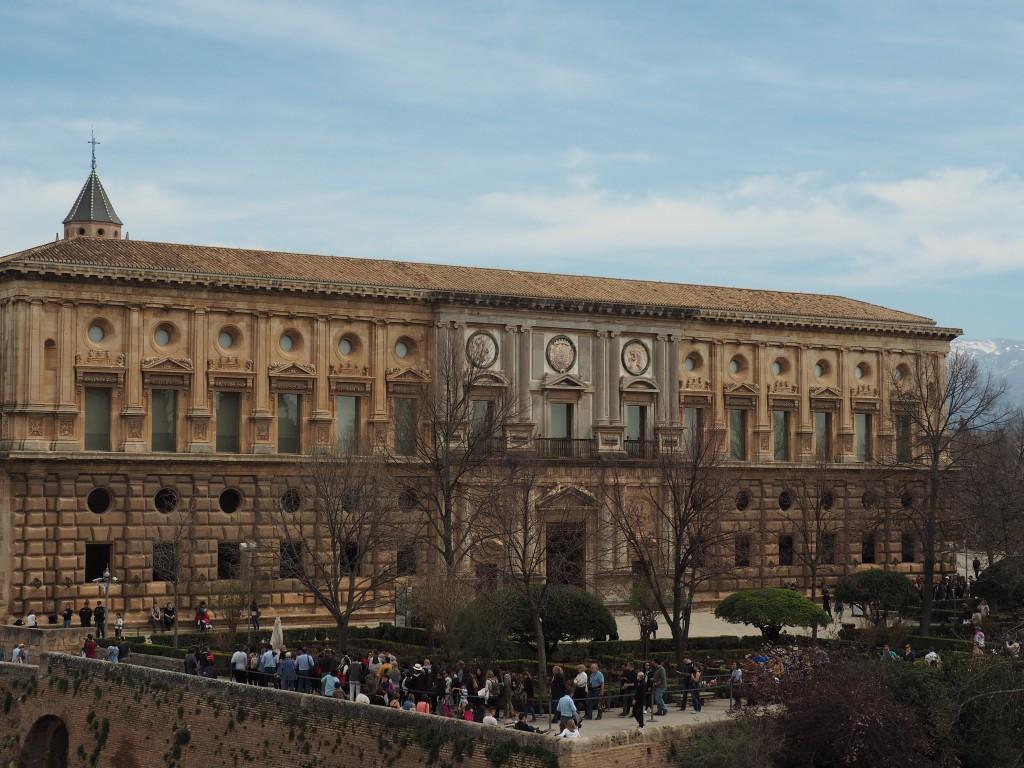 Blick auf den Palast, den Karl V. in die Alhambra setzen ließ - ählich unglücklich wie in Córdoba