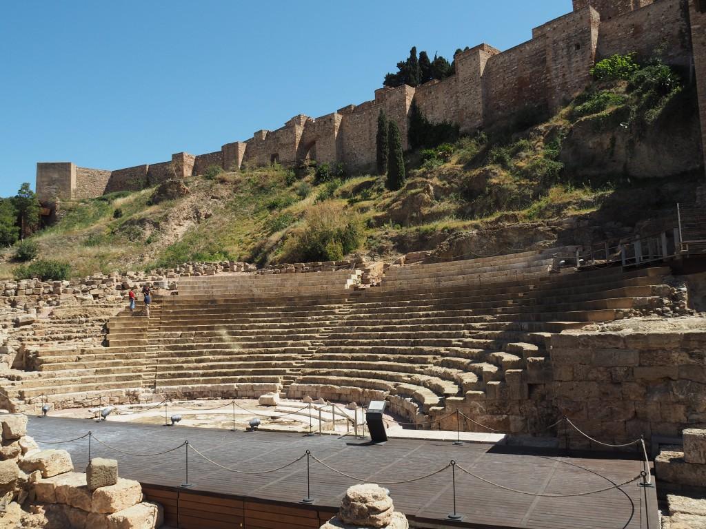 Vom römischen Amphitheater sind noch die Sitzreihen, der Orchestergraben und die Bühne zu sehen