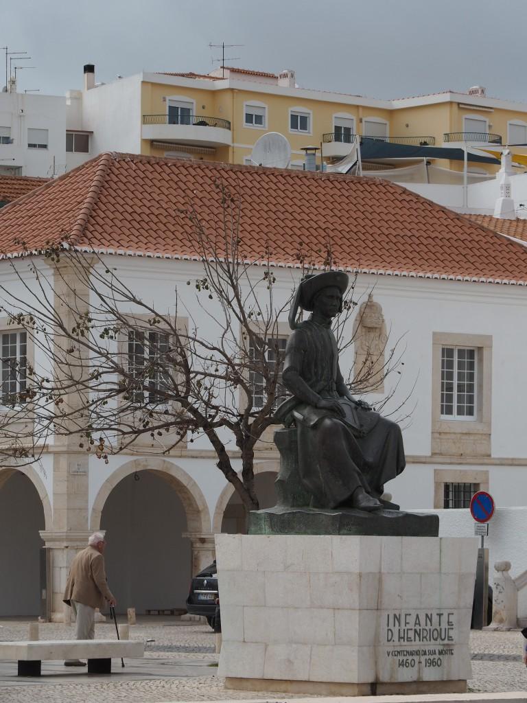 Heinrich der Seefahrer vor dem Zollgebäude, unter dessen Arkaden die Sklaven angebunden, zur Schau gestellt und verkauft wurden.