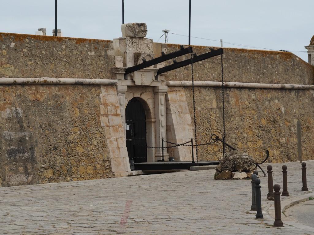 Über die schmale Zugbrücke gelangt man in die Festung, die im 17. Jhdt. zum Schutz des Hafens gebaut wurde.