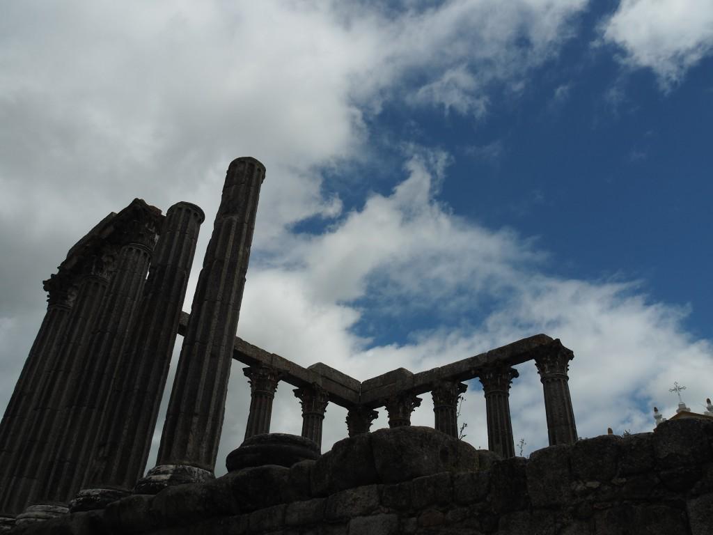 Tempio Romano mit 14 der ursprünglich 18 korinthischen Säulen