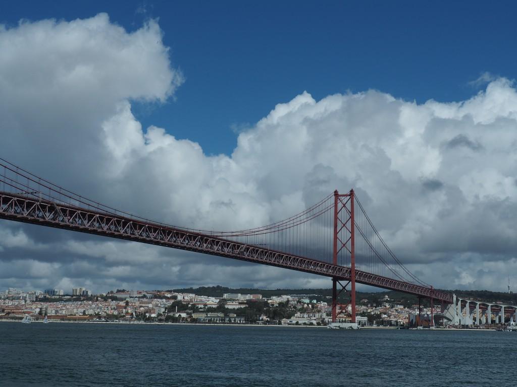 Ponte 25. de Abril, 3,75 km Länge mit Zufahrtsrampe, 70 m über dem Tejo