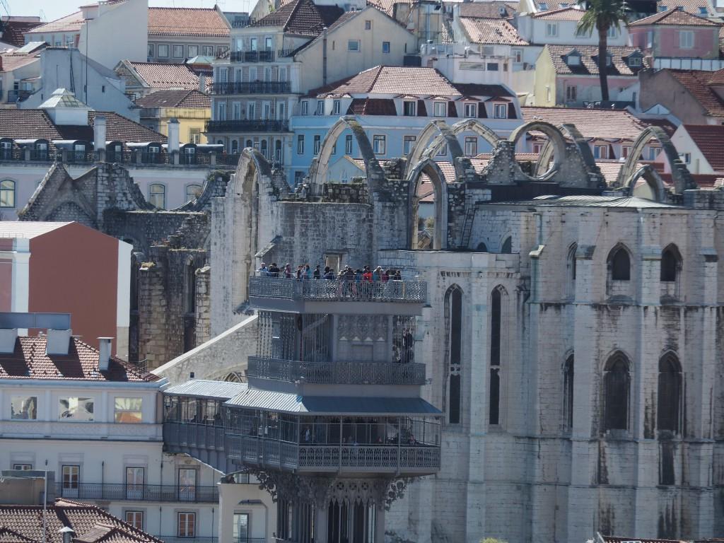 Blick auf den Elevador Santa Justa. Im dachlosen Kirchenschiff (Erdbeben 1755) werden im Sommer Konzerte veranstaltet