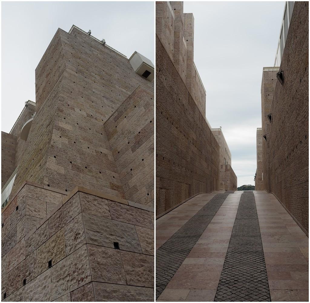 Museum für moderne und zeitgenössische Kunst liegt schräg gegenüber - ähnlicher Stein?