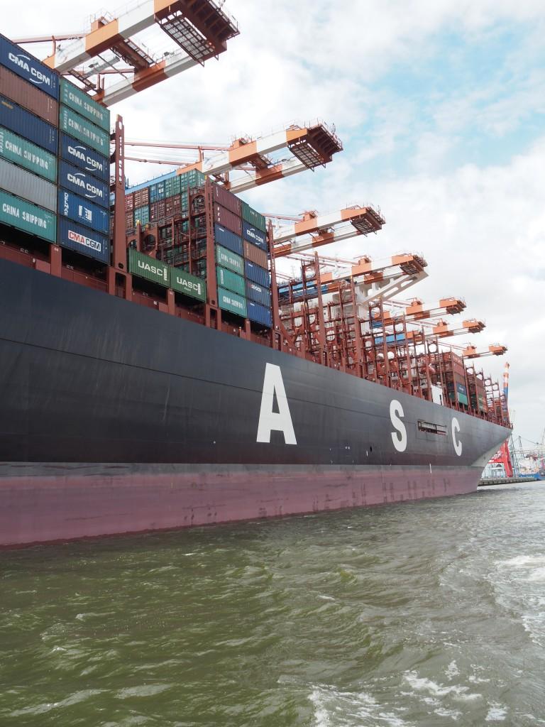 Eine Containerbrücke mit 10 Armen löscht die AL ZUBARA. 400 Container/Stunde werden von der Containerbrücke rund um die Uhr entladen.