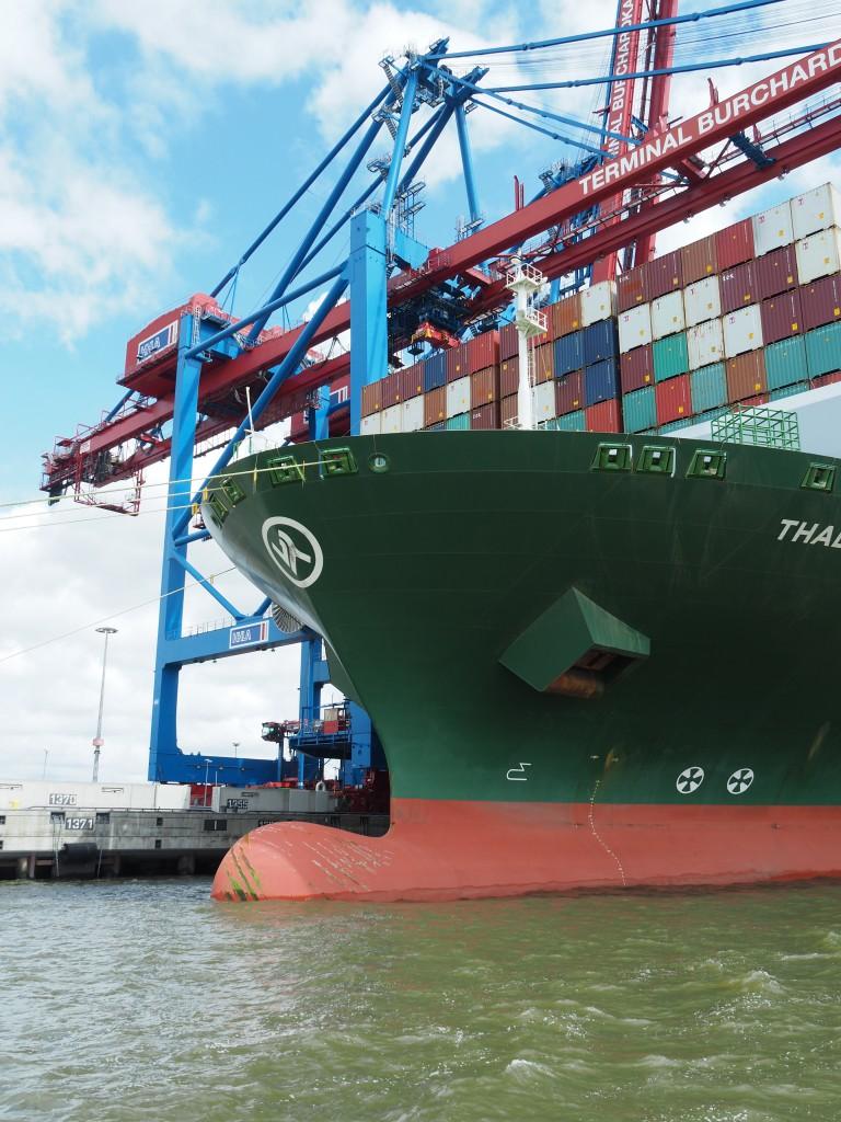 Die Schiffsnase verringert die Reibung am Bug und ermöglicht eine Treibstoffersparnis von 6 - 8 %.