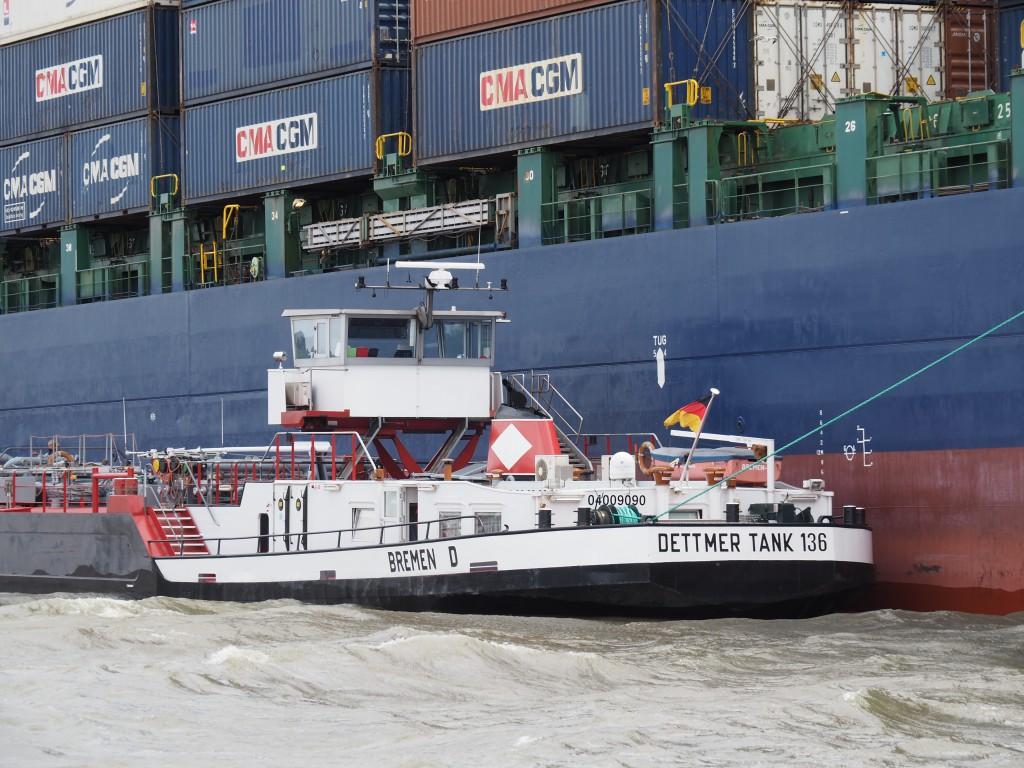 Während die Container entladen werden, wird das Schiff betankt...