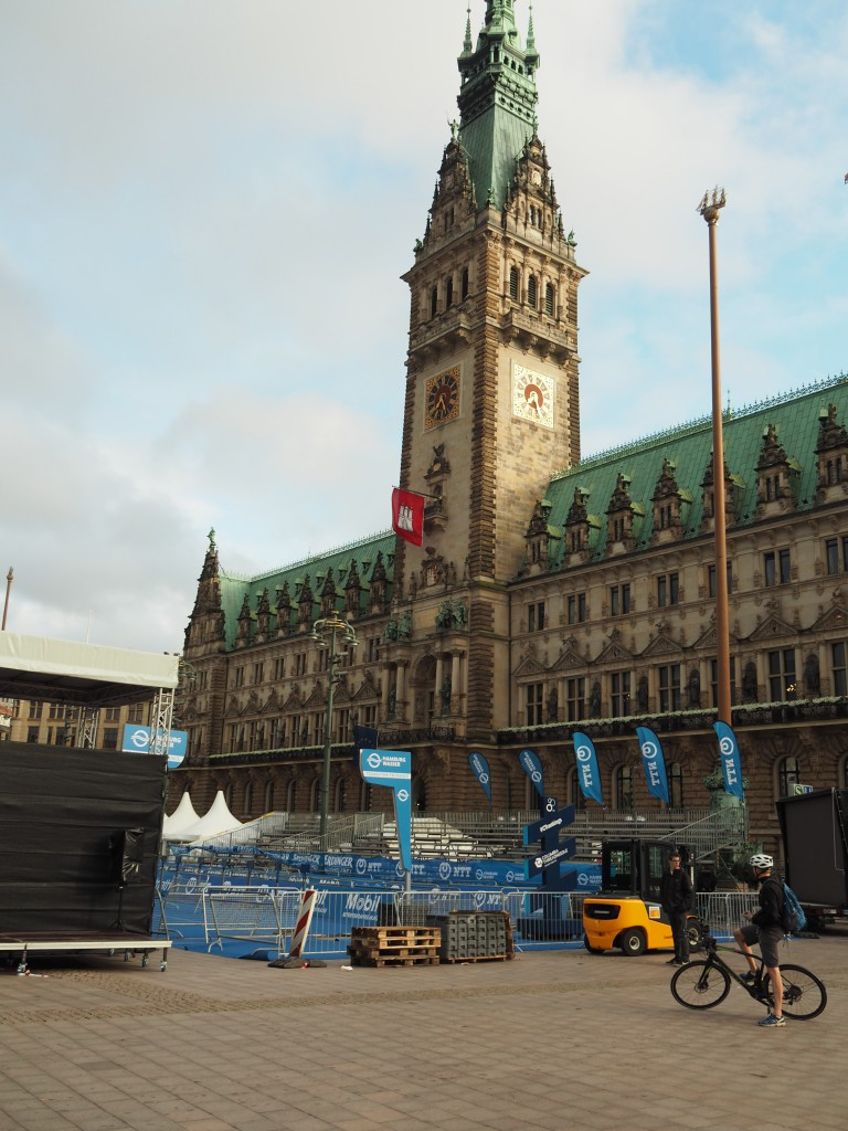 Das Hamburger Rathaus – auf 4 000 Eichenpfählen gebaut. Die Vorbereitungen für den ITU - World Triathlon sind in vollem Gange