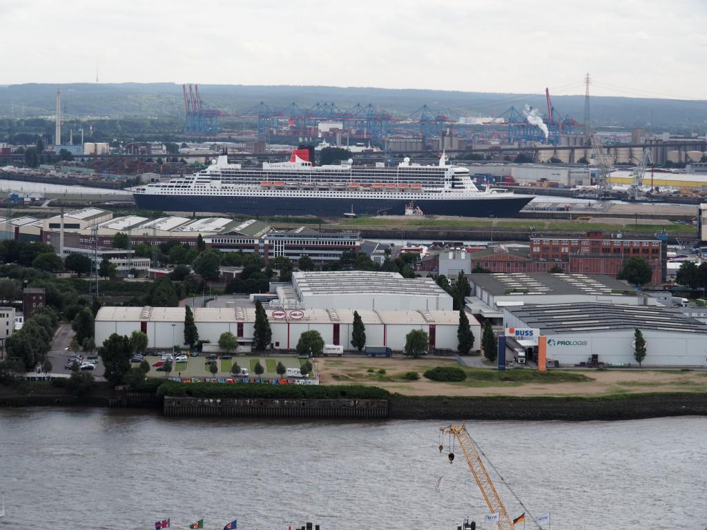 Queen Mary 2, die Königin der Meere erhielt erst kürzlich ein Refit-Programm in Hamburg. Kleines Detail: Für die Außenhaut wurden 35.000 Liter Farbe verwendet!