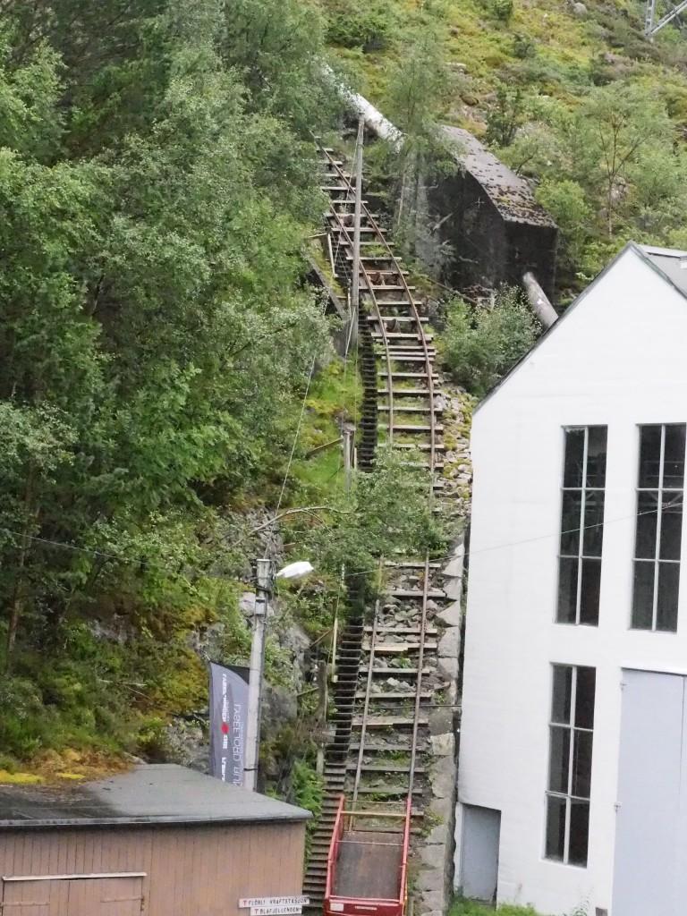 Hinter dem alten Elektrizitätswerk führt neben der Leitung, die das Werk mit Wasser versorgt hat, eine Holztreppe mit 4.444 Stufen hinauf, die für Touristen zugänglich ist.