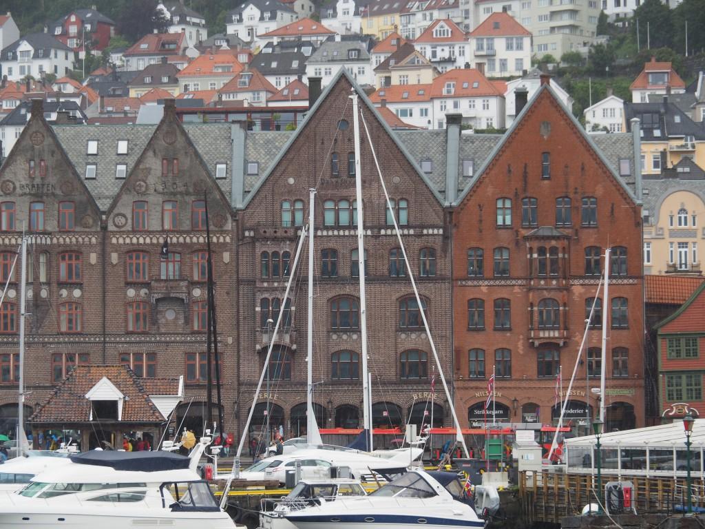 Dreistöckige, spitzgiebelige Hansekontoren in Brygge